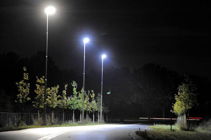 'Belgische' N18-situatie bij Haaksbergen: hier branden de lantaarns al voor de doorsteek N18-Noordsingel, maar kan het verkeer er nog niet komen. Foto Toma Tudor