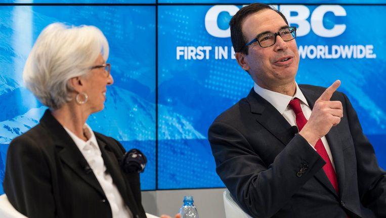 Christine Lagarde van het IMF in een panel in Davos met de Amerikaanse minister van Financiën Steven Mnuchin. Beeld null