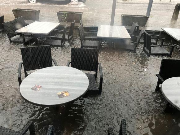 Het terras van het cafe stond helemaal blank