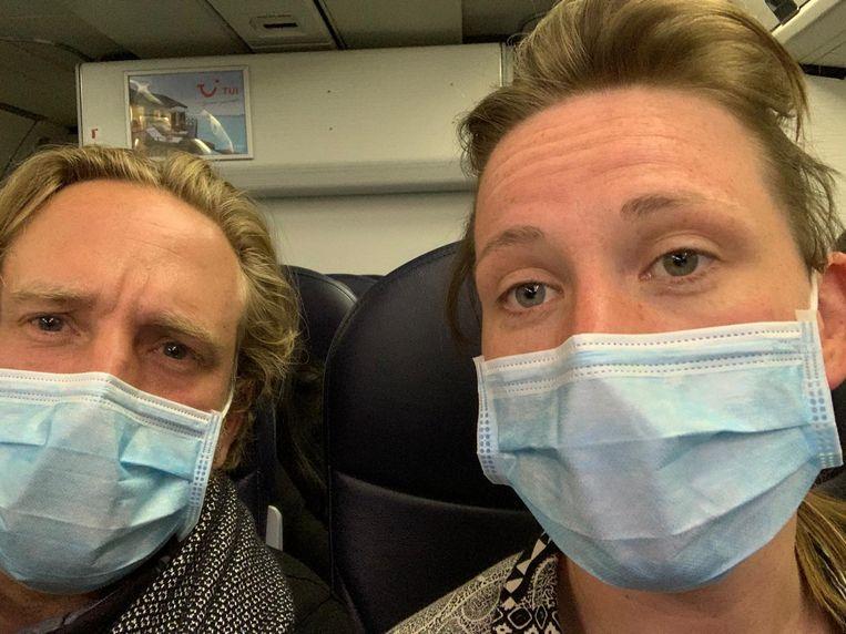 Jonas en Dorine Martens-Baars in het vliegtuig. Beeld Jonas Martens-Baars