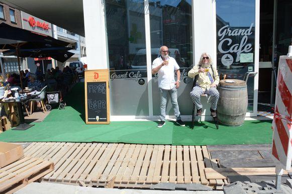 Voetpaden zijn er nog niet maar een plankenvloer doet nu dienst als terras.
