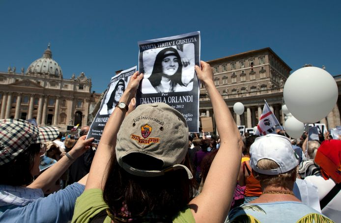 In 2012 houden demonstranten bij het Vaticaan een foto van Emanuela Orlandi omhoog, om te protesteren tegen haar verdwijning in 1983.