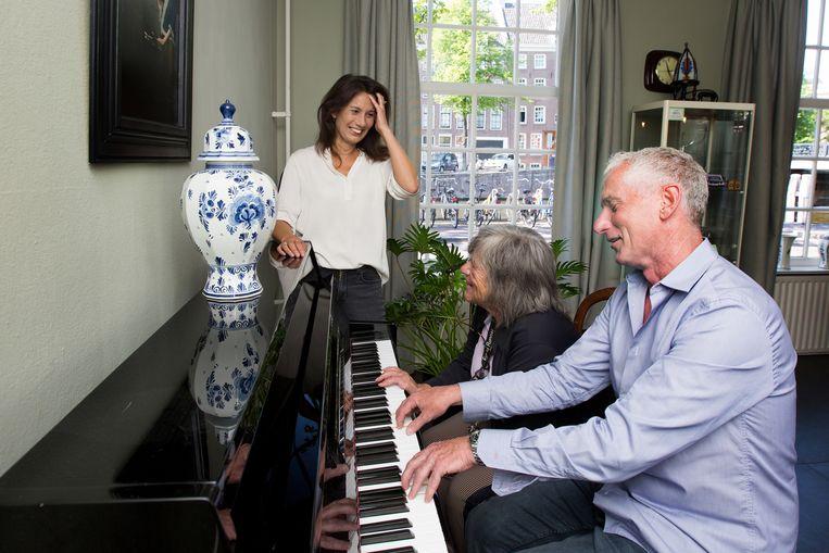 Onderzoeker Anne-Mei The (links) bracht een periode door  in het 'Huis van de Tijd' met Djoeke & Joeri. Beiden hebben dementie  Beeld Maartje Geels