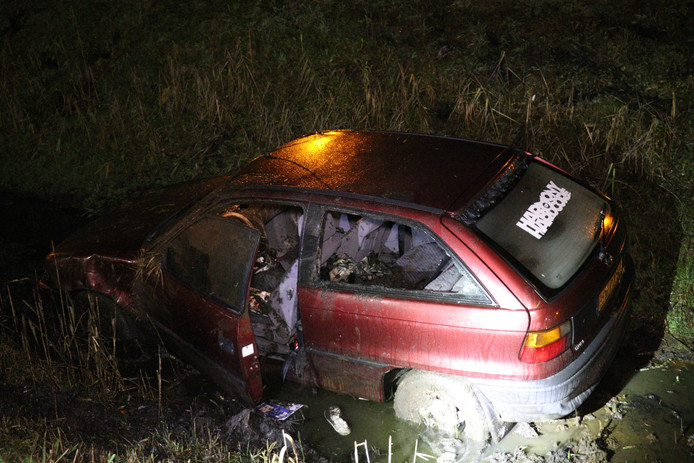De auto kwam ter hoogte van Shell Haarrijn in het water terecht.