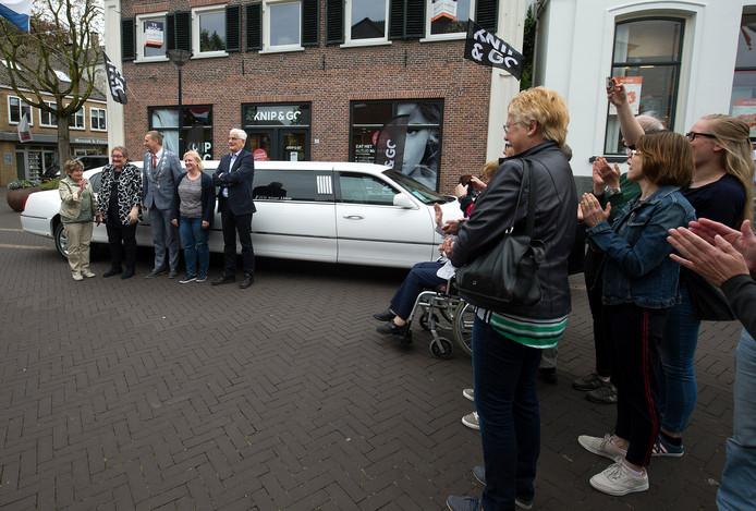 In Aalten werden de gedecoreerden thuis opgehaald door burgemeester Stapelkamp met een limousine.