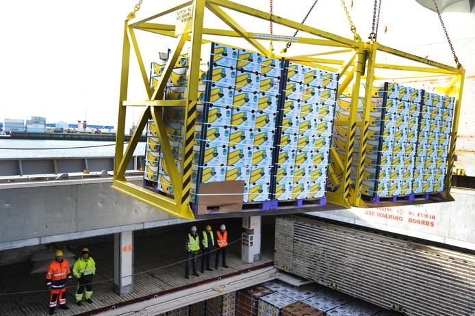 De eerste lading Chiquitabananen werd gisteren in de Vlissingse haven gelost bij logistiek dienstverlener Kloosterboer. foto Lex de Meester ldm07012015 VlissingenOost   opslag bananen bij Kloosterboer