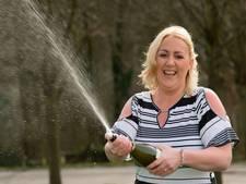 Britse bijstandsmoeder wint loterij en zet ex-man op zijn plek