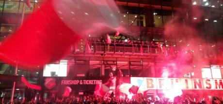 Heldenontvangst spelers FC Utrecht bij stadion Galgenwaard