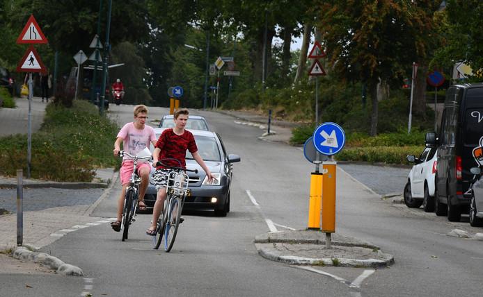 Rhenen heeft veel steile wegen met gevaarlijke fietspaden, zoals hier de Nieuwe Veenendaalseweg.