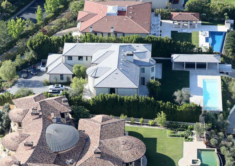 Kim en Kanye lieten de villa (in het midden) renoveren met dit als resultaat. Ze ontdeden het van haar Mediterraanse stijl, voegden kamers toe en verplaatsten het zwembad.