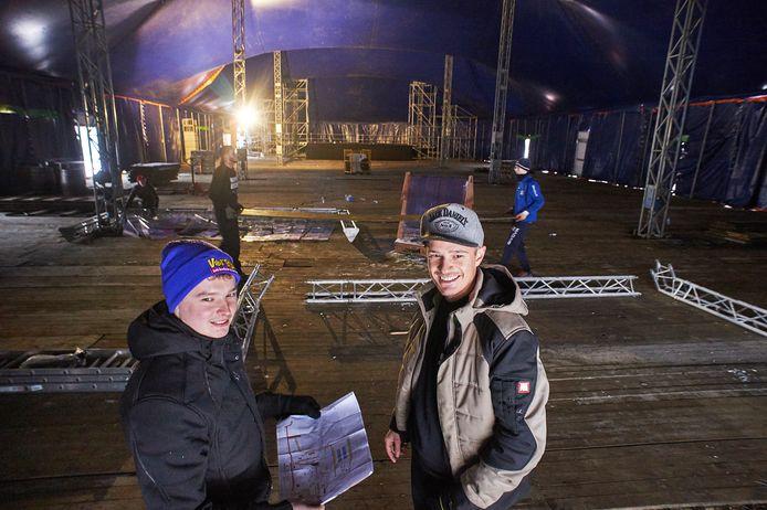Remy van der Kwartel (l) en Brent van Dulmen in de tent van Klompenrock en Vorstival.