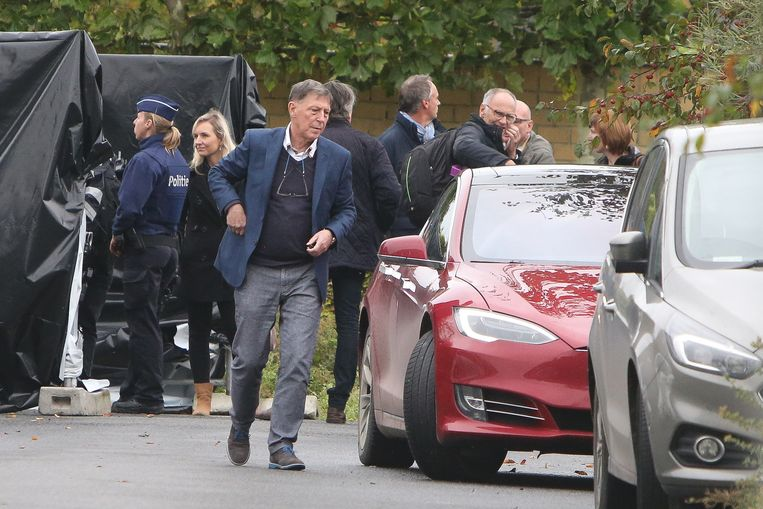 Jef Vermassen stapt na de reconstructie van de moorden in zijn Tesla. Even later staat hij in panne op de E40.