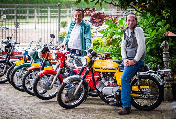 """Vader en zoon Van der Hoek bij enkele van hun 85 oldtimer-bromfietsen: ,,Er staan hier brommers uit Oostenrijk, Zwitserland en Duitsland."""""""