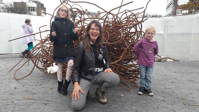 Marijn te Kolsté, samen met enkele bezoekende kinderen, bij naar wolk van staal.