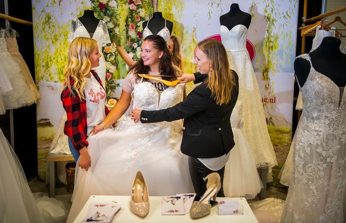 De Barendrechtse Wendy Poel (midden) krijgt een trouwjurk voorgehouden. Ze trouwt noodgedwongen in 2022.
