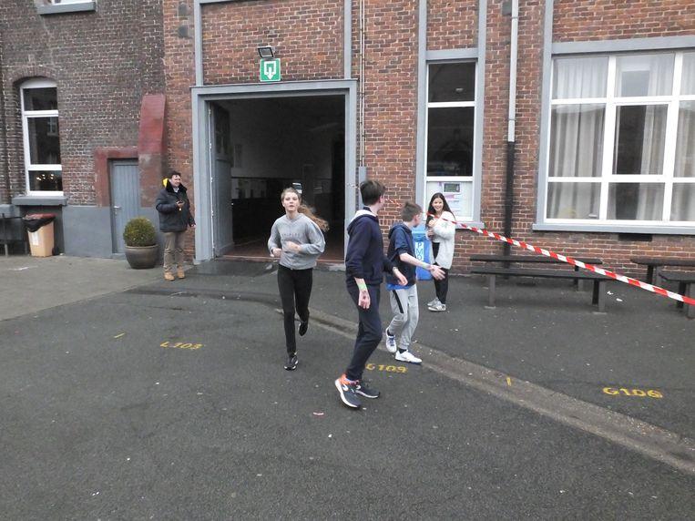 Enkele leerlingen tijdens de warmste schoolloop in Sint-Hendrik.