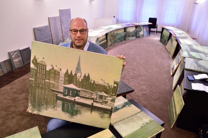 Hans Fokker met werken uit de Van der Kop-collectie.