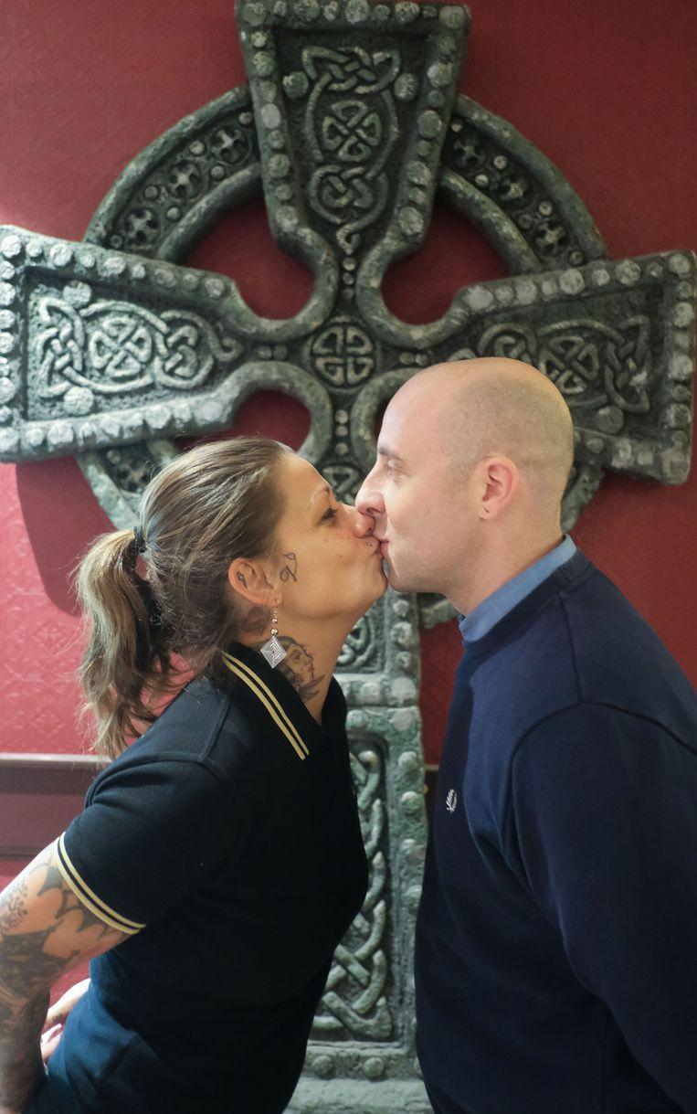 Cindy Frey en Steve Carette, zaterdagavond in de nieuwe Ierse kroeg Mary's Irish Pub. Geen kus onder de maretak, maar wel onder een Keltisch kruis.