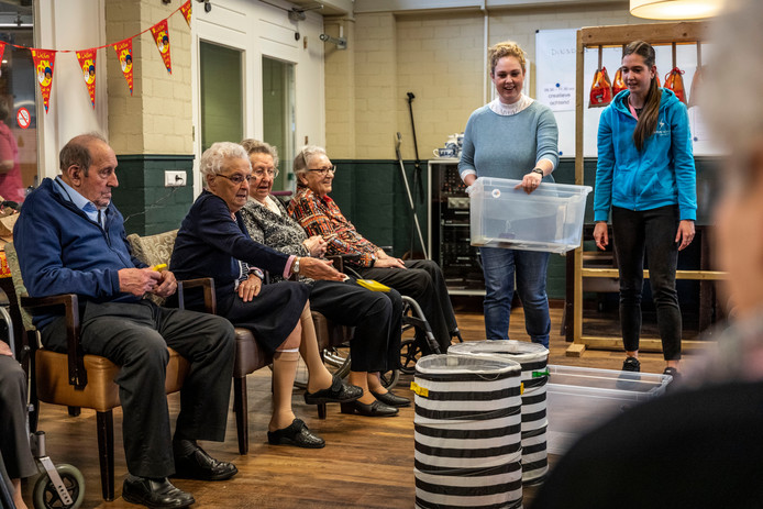 Beweegagoog Kim Claas (rechts) zet ouderen aan om in beweging te komen.