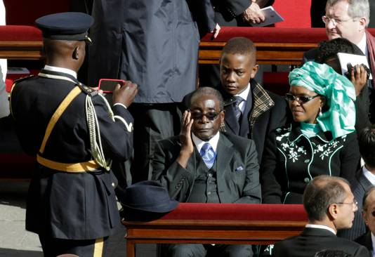 De Zimbabwaanse president Robert Mugabe met zijn vrouw.
