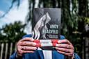 Henk Meinen met zijn boek 'Andy Vlasveld – Uit het bijzondere leven van een eenvoudige plattelandsjongen'.