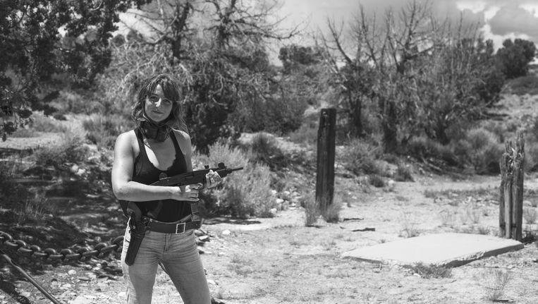 Robin met een pistoolmitrailleur in Pioche, Nevada. Beeld Robin De Puy