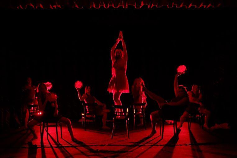 Minitheatra in actie tijdens een van hun voorstellingen.