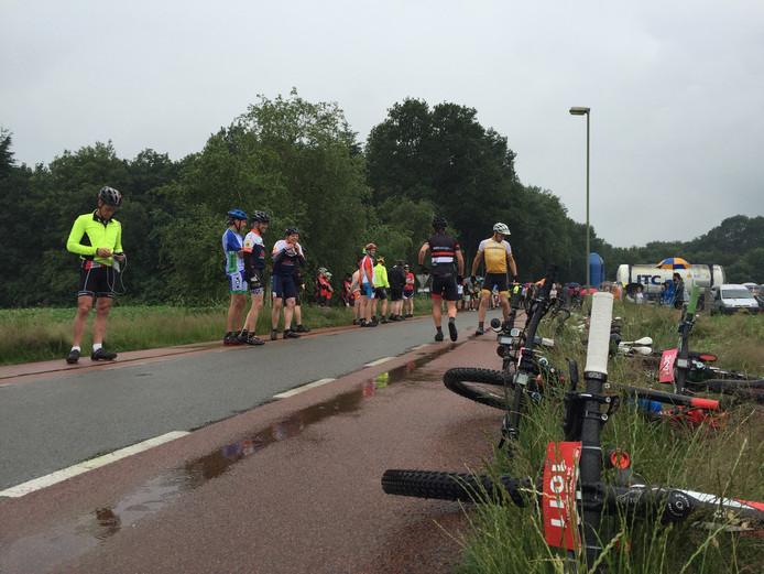 Maar weinig toeschouwers trotseerden zaterdag de regen om de fietsers aan te moedigen.