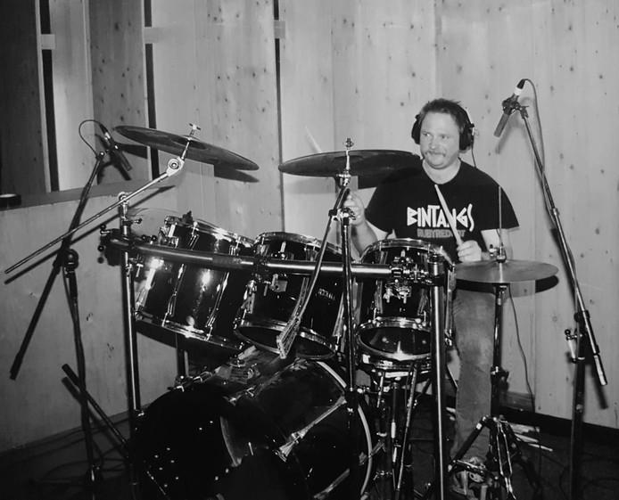 Mede-bandleden noemen hem de ruggengraat van Hardboard. De metselaar is in zijn element achter bekkens en bassdrum.