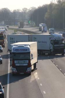 Vrachtwagen blokkeert A1 van Holten naar Deventer tijdens ochtendspits: weg nu weer vrij