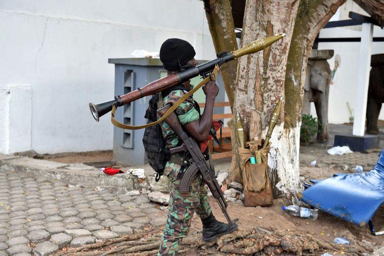 Een soldaat met een bazooka in Ivoorkust. Beeld Afp