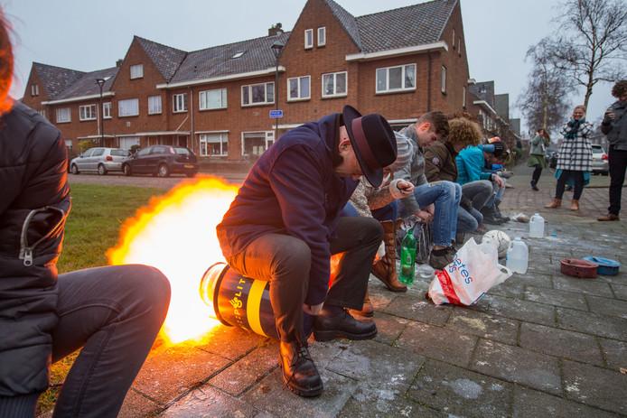 Oudejaarsdag 2016, Kampen. Burgemeester Bort Koelewijn opent het melkbusgeschut in de Colijn de Nolestraat. Deze plek staat dit jaar op de lijst waar geschoten mag worden.