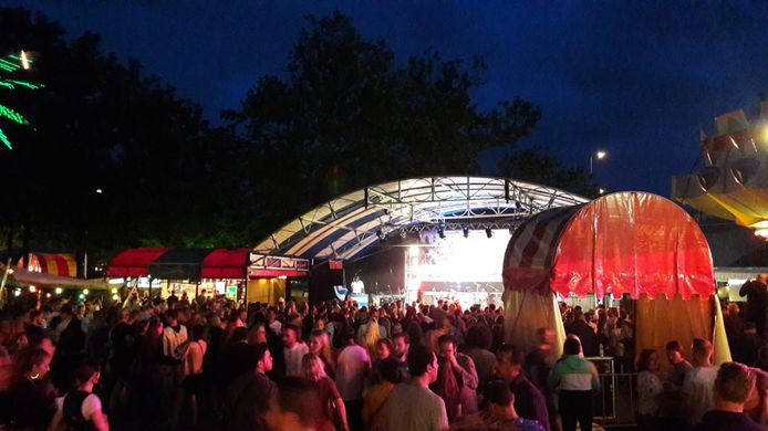 Ook bij de Hennes Latin Stage langs de Voerweg is deze avond sprake van topdrukte.