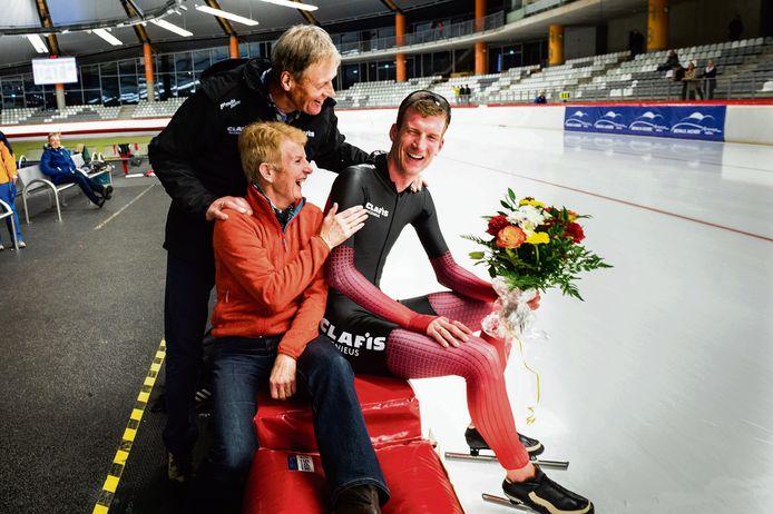 Erik Jan Kooiman na afloop met zijn ouders Jan en Ineke. Zij verbeterden tijdens hun schaatsloopbaan ook al eens het werelduurrecord.