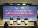 In het midden staat Europese onderhandelaar Bercero, rechts Amerikaan Mullaney