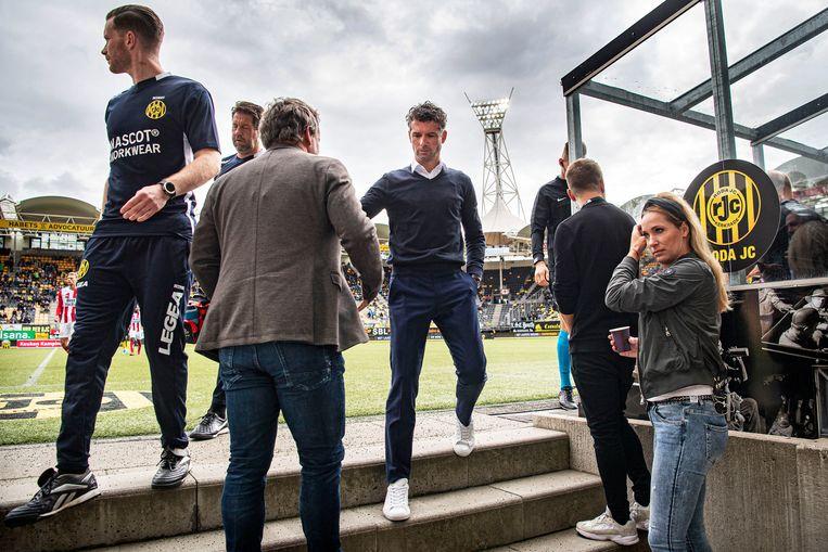 Jean-Paul de Jong verlaat het veld in de rust, zijn ploeg leidt met 2-0. Beeld Guus Dubbelman / de Volkskrant