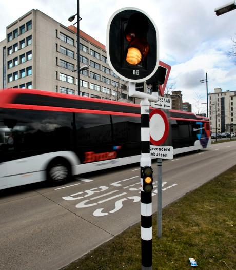 Mag een gesubsidieerd busbedrijf geld geven aan FC Eindhoven? Linkse partijen vinden van niet