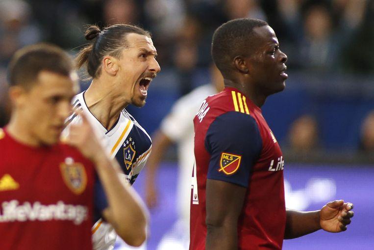 Zlatan Ibrahimovic gaat wild tekeer tegen Nedum Onuoha in de wedstrijd tegen Real Salt Lake.