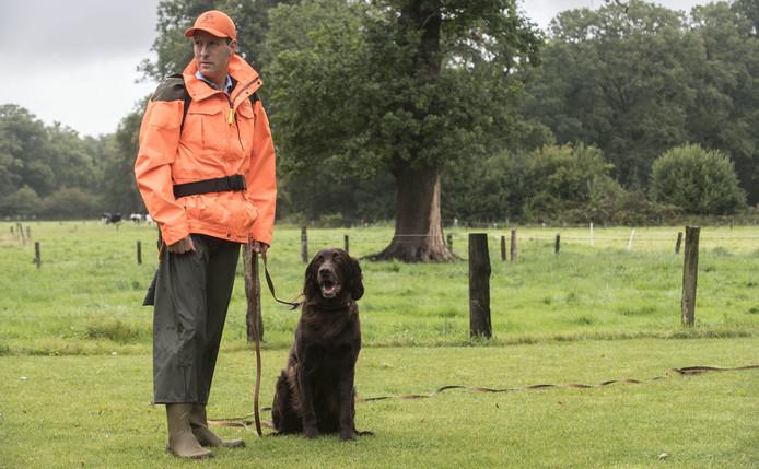 Buitengewoon opsporingsambtenaar (boa) Ton Groothuis van landgoed Twickel, met hond Arko.