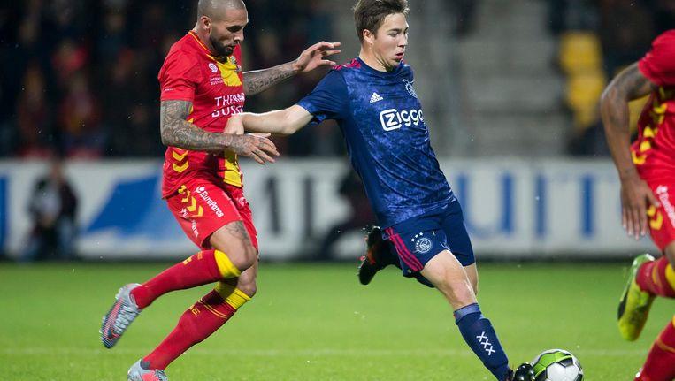 Joey Suk (Go Ahead Eagles) in duel met Carel Eiting (Jong Ajax). Beeld Pro Shots