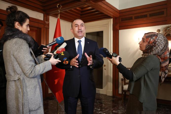 De Turkse minister van Buitenlandse Zaken tijdens een persconferentie.