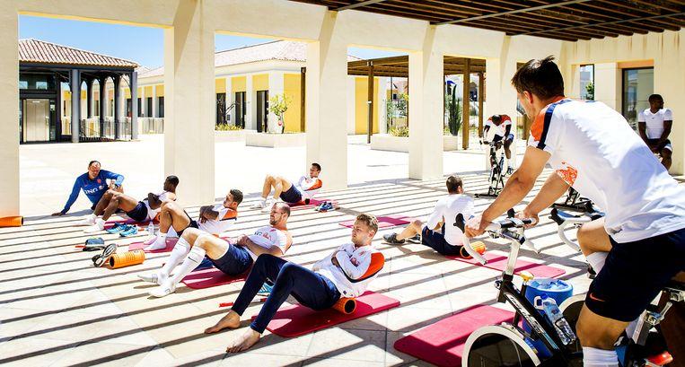 Spelers van Oranje doen oefeningen na afloop van de training. Het Nederlands elftal was op trainingskamp in Portugal ter voorbereiding op het WK voetbal in Brazilie Beeld ANP