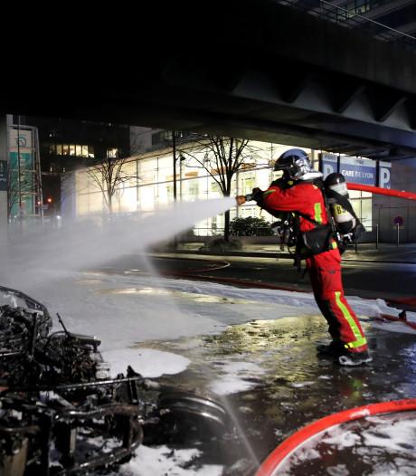 Treinstation Parijs ontruimd na brand tijdens protest tegen concert Congolese rapper