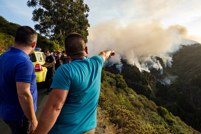 Des habitants observent l'avancée de l'incendie depuis la montagne sur l'île de Grande Canarie, samedi 17 août 2019