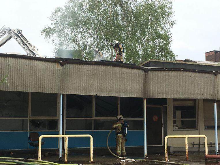 De brand brak vanmiddag uit. De brandweer kreeg het vuur snel onder controle. De politie is een onderzoek opgestart naar de omstandigheden.
