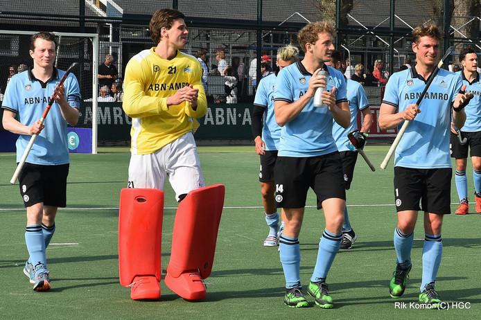 Roderick Standaart (met het gele shirt) na zijn debuut voor de Haagse hockeyclub HGC.
