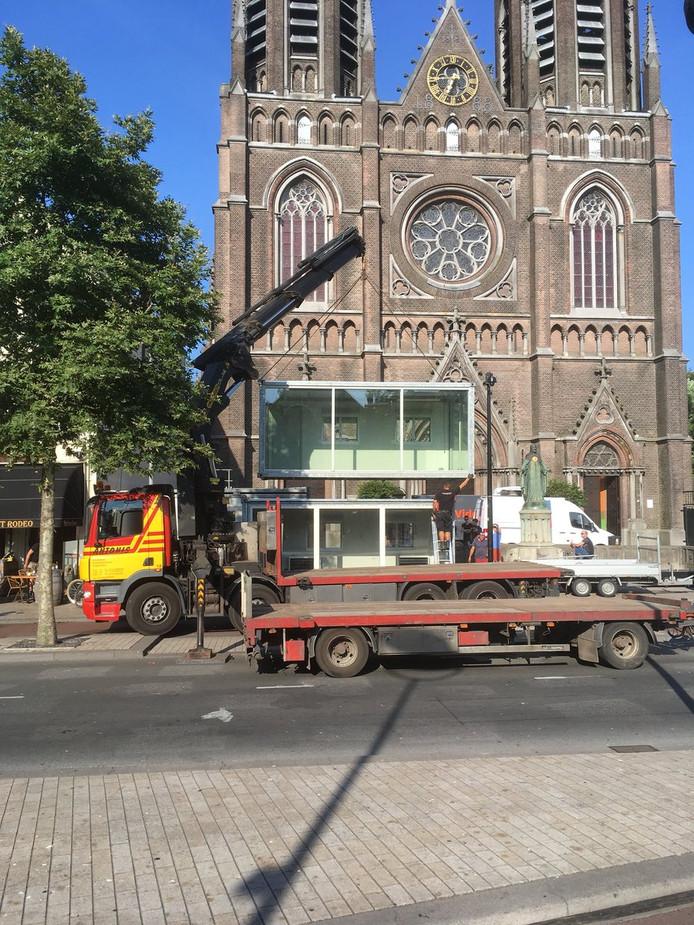 De opbouw van de studio van Kermis FM, dat dit jaar voor de Heuvelse kerk staat.
