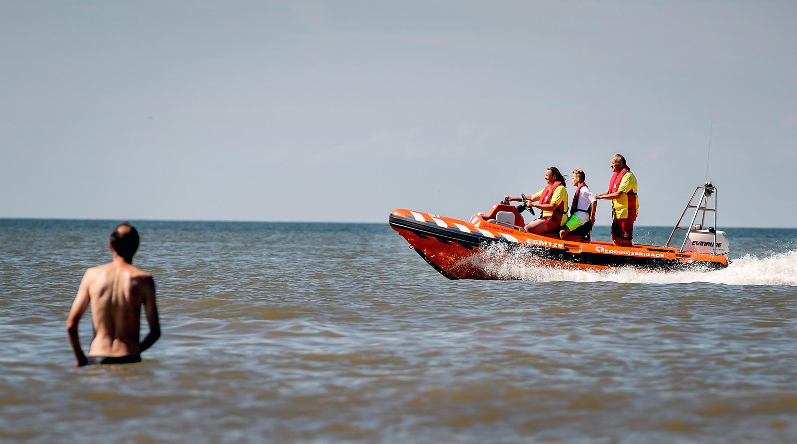 De reddingsbrigade aan het werk voor de kust bij Egmond aan Zee.