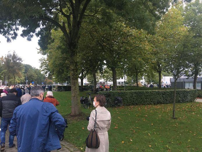 De rij bij de griepprik in Duiven. Die was vanmorgen vroeg zeker honderd meter lang. Aanwezigen hielden zich volgens columniste Diana van Houten nauwelijks aan de coronaregels.