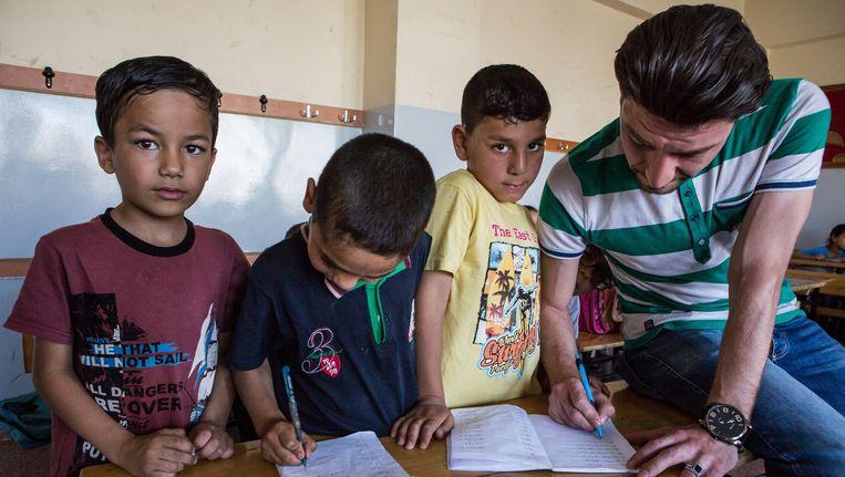 Syrische kinderen in Gaziantep die les krijgen van Syrische docenten op Turkse scholen. Beeld Cigdem Yuksel